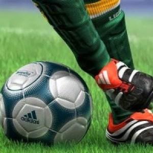 Футболистам